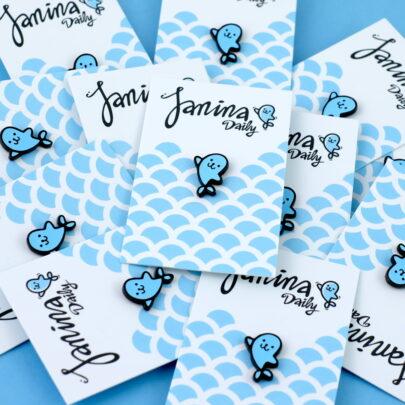 Ręcznie malowany pin w czarnym patynolu foka Janina powstała przy współpracy z Janina daily od producenta metalowych pinow od Pinswear