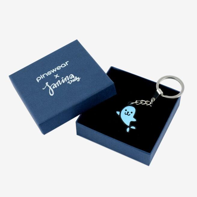 Ręcznie malowany brelok foka Janina powstały przy współpracy z Janina Daily metalowy brelok w czarnym patynolu od Pinswear