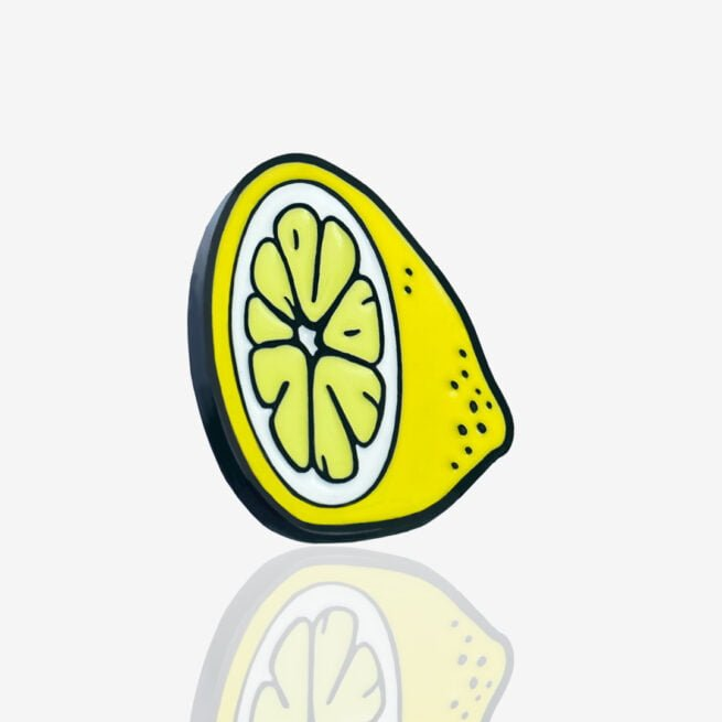 Ręcznie malowany pins w wykończeniu czarnego metalu cytrynka od producenta metalowych pinów i breloczków od Pinswear
