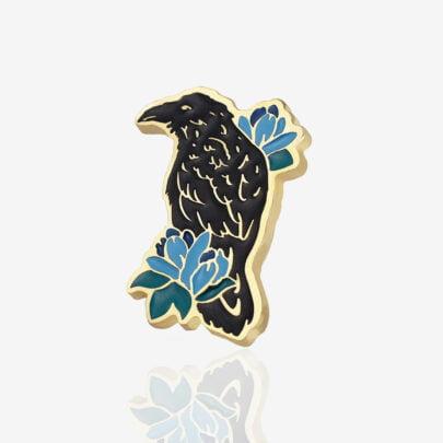 Ręcznie malowany pin w wykończeniu błyszczącego złota od producenta metalowych pinów od Pinswear