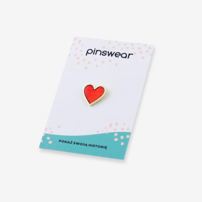 Ręcznie malowany pin w wykończeniu złoto błysk czerwone serduszko transparentne od producenta metalowych pinów od Pinswear