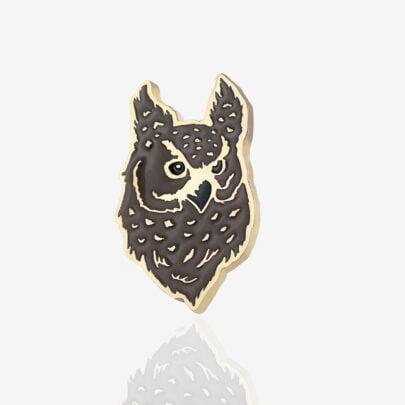 Ręcznie malowany pins w wykończeniu błyszczącego złota sowa puchacz od producenta metalowych pinów i breloczków od Pinswear