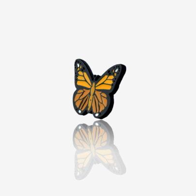 Ręcznie malowany pins motyl monarcha od producenta metalowych pinów od Pinswear wykończony w czarnym patynolu