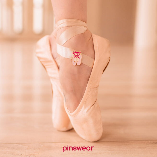 Ręcznie malowany pin w wykończeniu złoto błysk buty baletnicy baletki, pointy od producenta metalowych pinów od Pinswear