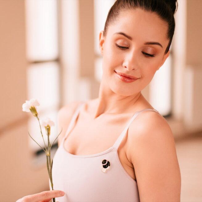 Ręcznie malowany pin w wykończeniu złoto błysk kok baletnicy od producenta metalowych pinów od Pinswear
