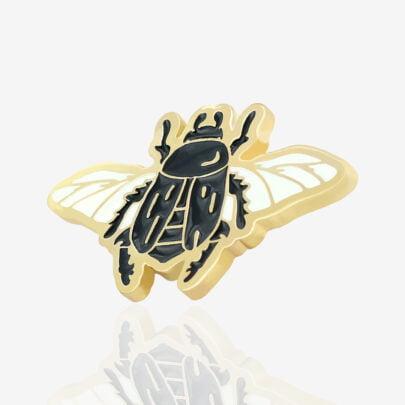 Ręcznie malowany pin w wykończeniu błyszczącego złota owad skarabeusz z rozłożonymi skrzydłami od producenta metalowych pinów od Pinswear