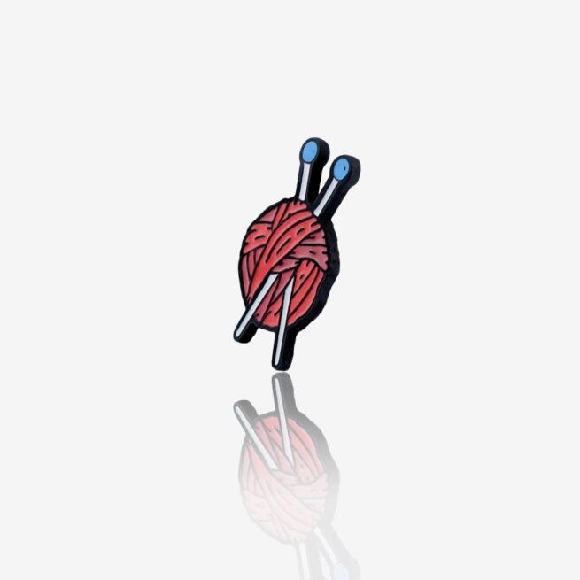 Ręcznie malowany pins w wykończeniu czarnego patynolu kłębek włóczki od producenta metalowych pinów i breloczków od Pinswear