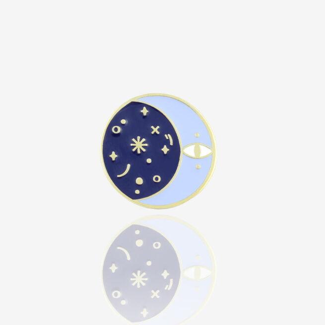 Ręcznie malowne pinsy księżyc powstałe przy współpracy z Katarzyna Kwaśniewską w błyszczącym złocie od producenta metlowych pinów od Pinswear