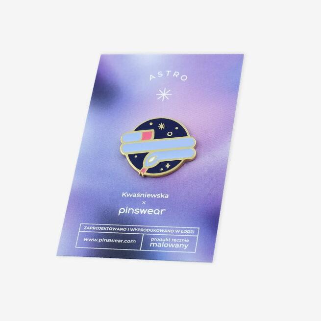 Ręcznie malowne pinsy planeta saturn z wężem w błyszczącym złocie od producenta metlowych pinów od Pinswear
