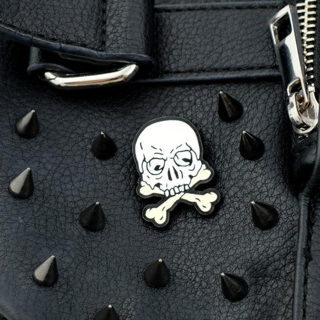 Ręcznie malowne pinsy czaszka z kośćmi od producenta metlowych pinów od Pinswear