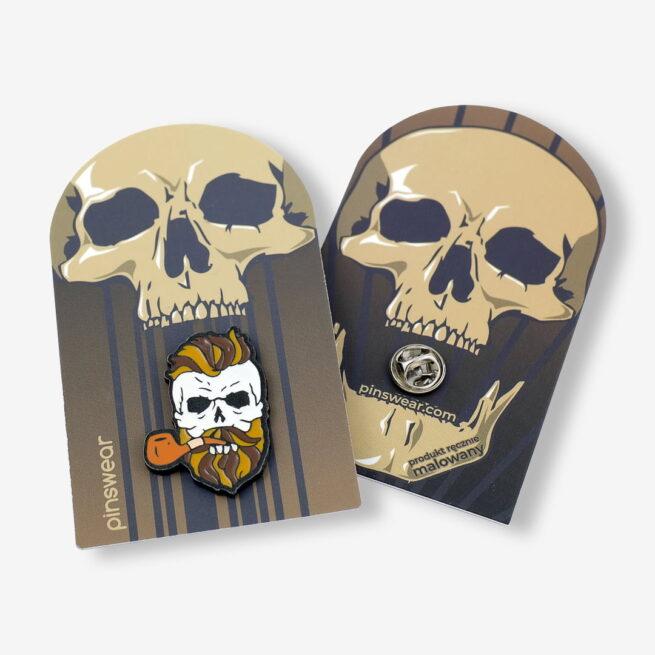 Ręcznie malowne pinsy czaszka z brodą i fajką od producenta metlowych pinów od Pinswear