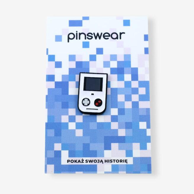 Ręcznie malowne pinsy z kolekcji dla graczy game boy, konsola od producenta metlowych pinów od Pinswear