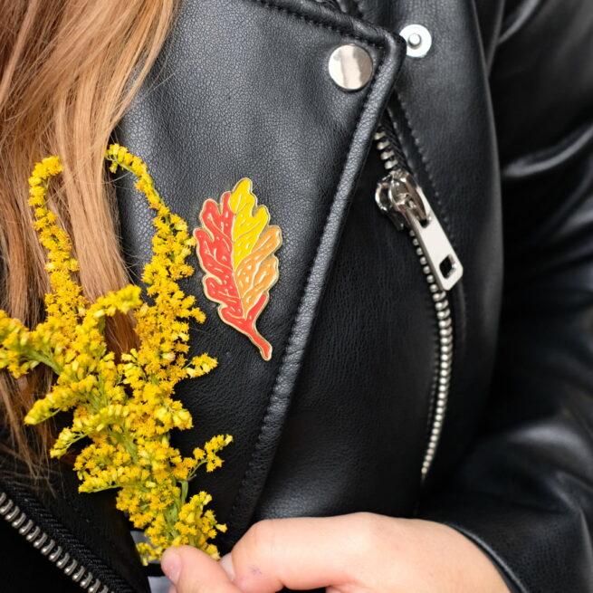 """Nasz """"Złoty Liść"""" to propozycja dla każdej jesieniary i jesieniarza! Ręcznie malowany pin w kształcie dębowego liścia to idealny dodatek - nie tylko do jesiennych strojów!"""